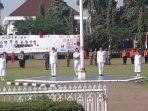 5-orang-paskibra-tengah-bertugas-mengibarkan-bendera-merah-putih-saat-upacara-hut.jpg