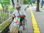 abah-parmin-tetap-semangat-berjualan-kemoceng-meskipun-menggunakan-kursi-roda.jpg