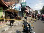 anggota-brimob-bersenjata-lengkap-berjaga-di-lokasi-penemuan-granat-nanas-minggu-1572018-pagi_20180715_133934.jpg