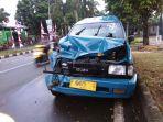 angkot-yang-terlibat-kecelakaan-di-jalan-kh-abdullah-bin-nuh_20180828_182531.jpg