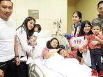 ani-yudhoyono-bersama-anak-menantu-dan-cucu-saat-dirawat-di-rs-di-singapura.jpg