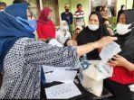 antusias-mengambil-hak-bantuan-sosial-tunai-bst-dari-kementerian-sosial-republik-indonesia.jpg