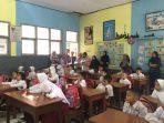 ara-orang-tua-murid-mengantarkan-anaknya-yang-baru-pertama-masuk-sekolah-dasar.jpg