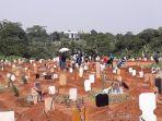 area-pemakaman-jenazah-covid-19-di-tpu-pondok-rajeg-cibinong.jpg