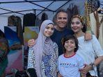 ayu-azhari-dan-keluarga-di-acara-wonderful-indonesia-festival-kampung-indonesia-di-swedia.jpg
