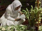ayu-dewi-membacakan-ayat-suci-al-quran-di-depan-pusara-sang-bunda.jpg