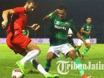 bek-persija-jakarta-marco-motta-berebut-bola-dengan-striker-madura-united.jpg