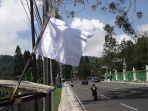 bendera-putih-dikibarkan-di-sepanjang-jalan-raya-puncak-kabupaten-bogor-kamis-582021.jpg