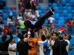 carlos-queiroz-saat-diangkat-oleh-pemain-timnas-iran-usai-raih-kemenangan-lolos-piala-dunia-2018_20180625_190821.jpg