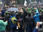 demonstrasi-mahasiswa-sempat-bersitegang-dengan-aparat-di-depan-istana-bogor-kamis-8102020.jpg