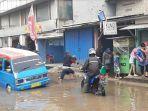evakuasi-penumpang-angkutan-umum-karena-jalan-rusak.jpg