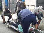 evakuasi-wanita-paruh-baya-yang-tergeletak-di-pinggir-jalan.jpg