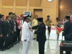gubernur-jawa-timur-soekarwo-memasangkan-lencana-kepada-bupati-tulungagung-syahri-mulyo_20180927_073421.jpg