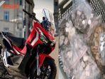 honda-adv-150-advance-red-dan-uang-logam-sekeranjang-untuk-beli-motor-di-dealer.jpg