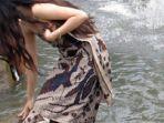 ilustrasi-gadis-mandi-di-sungai.jpg