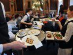 ilustrasi-pelayan-restoran-diberi-uang-tip.jpg