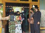 istri-almarhum-riyanto-ernawati-ketika-memegang-foto-sang-suami.jpg