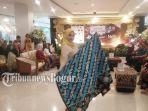 istri-dari-waki-wali-kota-bogor-yanti-rachim-pun-ikut-memperagakan-batik.jpg