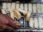 jajanan-tradisional-kue-bandros-dalam-cetakan-loyang-saat-sedang-dimasak.jpg