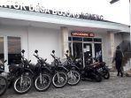 kantor-desa-bojong-koneng-dijaga-ketat-polisi-senin-4102021.jpg