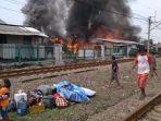 kebakaran-melanda-permukiman-kumuh-di-pinggiran-rel-kereta_20181109_114300.jpg