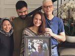 keluarga-besar-ashraf-sinclair-berfoto-bareng-sosok-ashraf-sambil-tersenyum.jpg