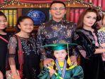 keluarga-ussy-dan-andhika-pratama-di-wisuda-elea_20180521_164854.jpg