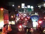 kondisi-kepadatan-lalu-lintas-di-simpang-gadog-puncak-bogor-pada-senin-3152021-malam.jpg