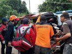 korban-ketika-dibawa-masuk-kedalam-mobil-ambulans.jpg