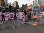 mahasiswa-bogor-menggelar-aksi-unjuk-rasa-di-depan-istana.jpg