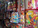 mainan-yang-dijual-di-jalan-raya-desa-pahlawan.jpg