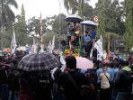 massa-demo-buruh-di-wakil-ketua-dprd-kabupaten-bogor-agus-salim-kamis-8102020.jpg