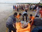 mayat-terbungkus-karung-ditemukan-di-pinggir-pantai-karibea.jpg