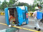 minibus-dengan-nomer-polisi-f7089a-terguling.jpg