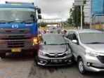 mobil-honda-brio-warna-abu-abu-terjepit-truk-trailer-dan-toyota-avanza.jpg