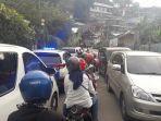 mobil-patroli-polisi-ikut-terjebak-kemacetan-dan-nyaris-tak-bisa-bergerak.jpg