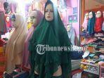 model-hijab-yang-dipajang-di-toko.jpg