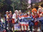 momen-keakraban-suporter-timnas-indonesia-dengan-suporter-thailand-di.jpg