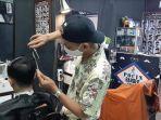 muhammad-ansori-saat-mencukur-rambut-pelanggannya-di-lansix-pocin-barbershop.jpg