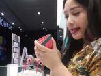 nagita-slavina-menunjukkan-dompet-pink-kecilnya_20181103_112957.jpg