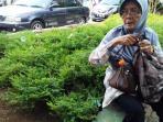 nenek-70-tahun-harus-berjalan-kaki-karena-penutupan-jalan_20160605_135456.jpg