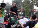 para-buruh-demo-tolak-omnibus-law-di-depan-kantor-dprd-kabupaten-bogor-berjoget.jpg