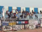 para-suporter-persela-lamongan-meninggalkan-stadion.jpg