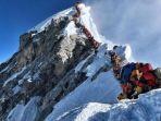 pendaki-gunung-di-sebuah-area-yang-dikenal-sebagai-zona-kematian.jpg