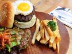 penemuan-menjijikan-pada-burger_20160512_124017.jpg