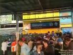 penumpukan-penumpang-di-stasiun-bojonggede-senin-572021-pagi.jpg