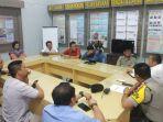 perwakilan-massa-dari-aliansi-pencari-keadilan-bertemu-polres-lombok-tengah-senin-2752019.jpg