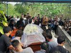 peti-jenazah-djaduk-ferianto-dimakamkan-di-pemakaman-keluarga-di-kabupaten-bantul.jpg