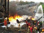petugas-berupaya-memadamkan-api-di-lokasi-kebakaran-pipa-pertamina-di-cimahi.jpg
