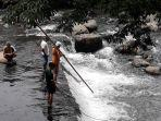 petugas-berupaya-mencari-bocah-tenggelam-di-sungai-ciliwung-jumat-6122019.jpg